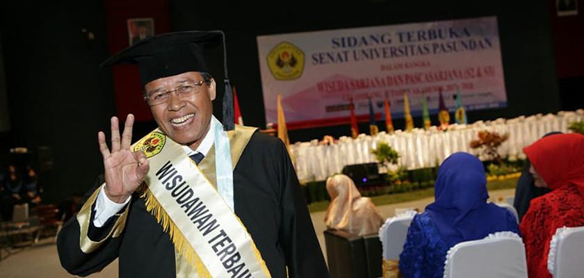 Gambar Anggota Dewan Pembina YPCR, Raih Wisudawan Doktor Terbaik