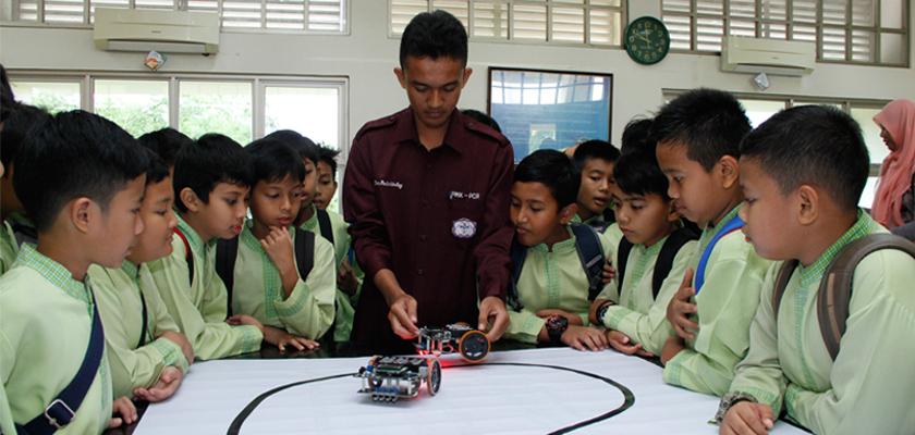 Gambar PCR Kenalkan Robotika kepada Siswa Sekolah Dasar