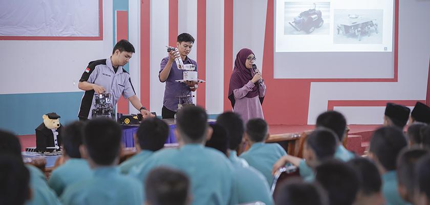 Gambar Pengabdian Kepada Masyarakat, Elva Memberikan Pengetahuan Robotika kepada 186 Siswa MTS Al-Itihad Rumbai
