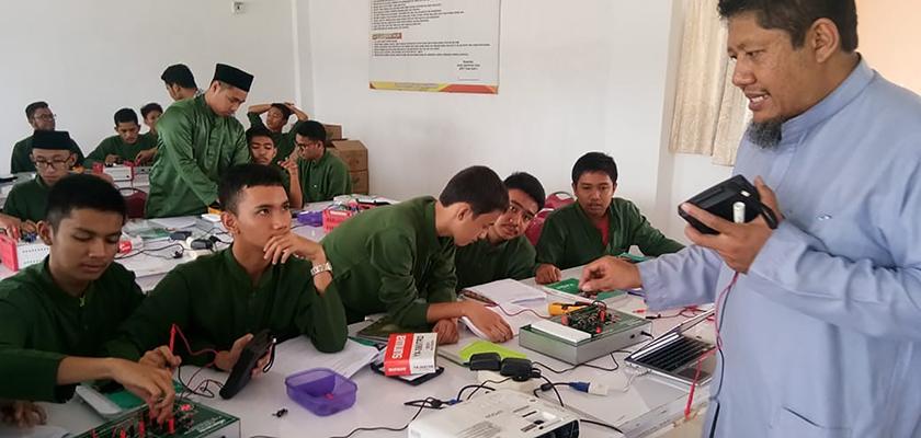 Gambar Tingkatkan Kemampuan dan Pengetahuan Pelajaran Fisika, Dosen PCR Berikan Modul Pembelajaran dan Pelatihan Rangkaian Listrik Seri - Paralel kepada Siswa SMA IT Imam Syafii 2 Pekanbaru