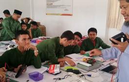 Tingkatkan Kemampuan dan Pengetahuan Pelajaran Fisika, Dosen PCR Berikan Modul Pembelajaran dan Pelatihan Rangkaian Listrik Seri - Paralel kepada Siswa SMA IT Imam Syafii 2 Pekanbaru